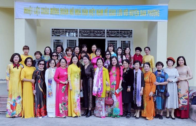 Đoàn nhà văn nữ (Hội nhà văn VIệt Nam) chụp ảnh lưu niệm với Cán bộ huyện Đan Phượng