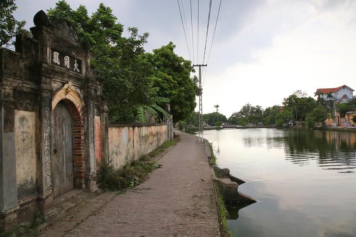 """Đường làng lát gạch đỏ, bờ ao kết hợp rất nhiều """"bến nước"""". Xưa những cầu ao này thường được người dân sử dụng để rửa chân tay hay xuống lấy nước."""