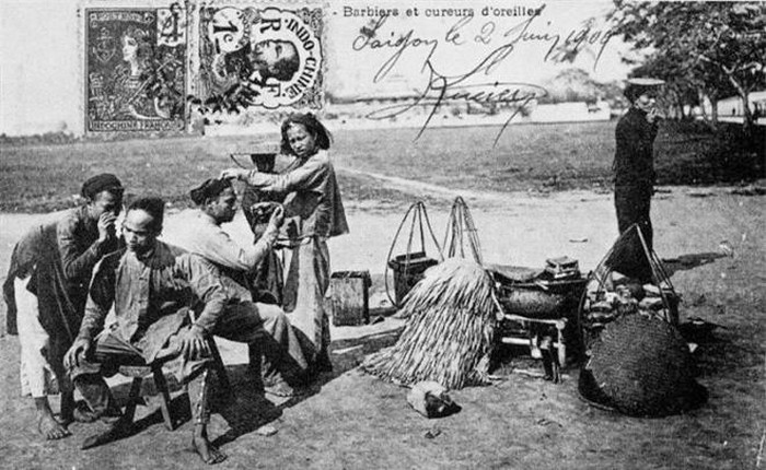 Cắt tóc: Nghề cắt tóc và lấy ráy tai dạo phổ biến ở Việt Nam trước đây. Có thể nhìn thấy trong hình những người thợ cắt tóc và khách hàng đều búi tó củ hành để tóc dài.