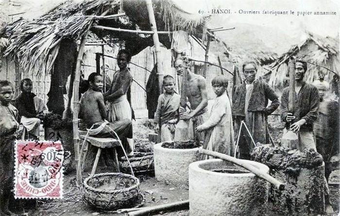 Nghề làm giấy: Trong ảnh chụp cảnh làng làm giấy ở Hà Nội, có thể là làng Bưởi. Những người thợ giã vỏ cây dó trong những chiếc cối đá lớn. Đây là nguyên liệu chính để làm giấy.
