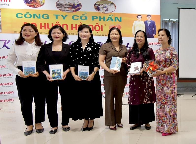 Trao tặng sách của đoàn nữ nhà văn cho doanh nhân và Công đoàn huyện Phúc Thọ