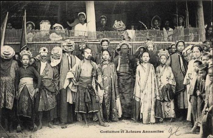 Diễn viên: Đây là hình ảnh trang phục và các diễn viên tuồng của một gánh hát. Họ thường biểu diễn nhiều nơi với sân khấu tự dựng hoặc tận dụng sân đình.