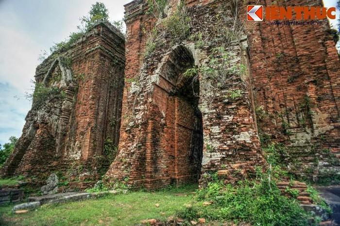 Tuy kiến trúc không còn nguyên vẹn, nhưng tháp Chiên Đàn là một trong số ít tháp Chăm còn lưu giữ lại được những tác phẩm điêu khắc bằng đá rất sinh động.