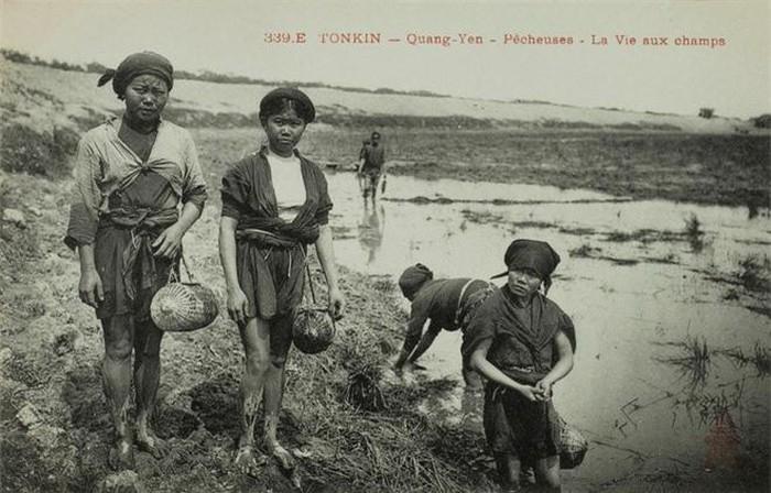 """Mò cua bắt ốc: Đúng nghĩa đen với câu cửa miệng """"mò cua bắt ốc"""", đồng ruộng xưa nhiều tôm cá, nên lúc nông nhàn công việc này góp phần cải thiện cuộc sống của người thôn quê."""
