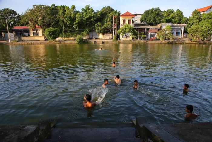 Vào những ngày hè nóng nực, ao làng luôn là nơi vui chơi tắm mát của người dân làng Nôm. Nơi đây cũng là chỗ sinh hoạt cộng đồng của người dân.