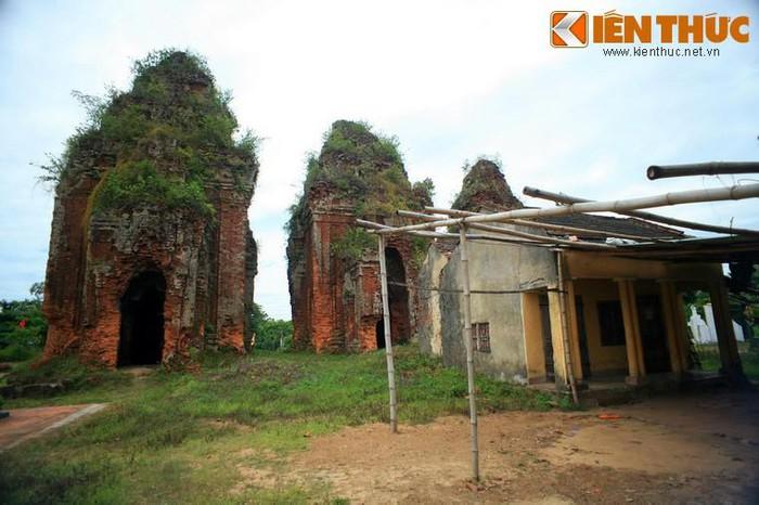 3. Tháp Khương Mỹ là một cụm đền tháp Champa nằm ở địa phận xã Tam Xuân 1, huyện Núi Thành, tỉnh Quảng Nam. Tháp có niên đại vào cuối thế kỷ thứ 9, đầu thế kỷ thứ 10, gồm ba tòa tháp xếp thành hàng ngang theo trục Bắc - Nam.