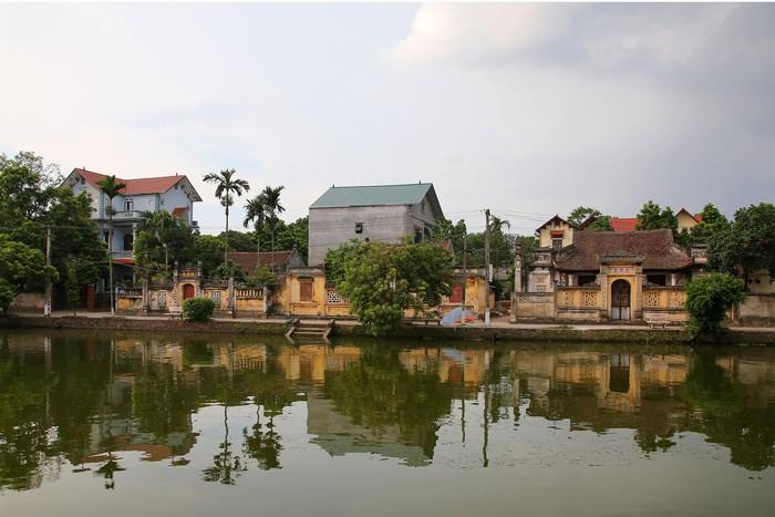 Làng Nôm nổi lên như một kiến trúc làng Việt truyền thống tiêu biểu, song hiện nay đang đứng trước nguy cơ bị mai một, lùi dần vào quên lãng.