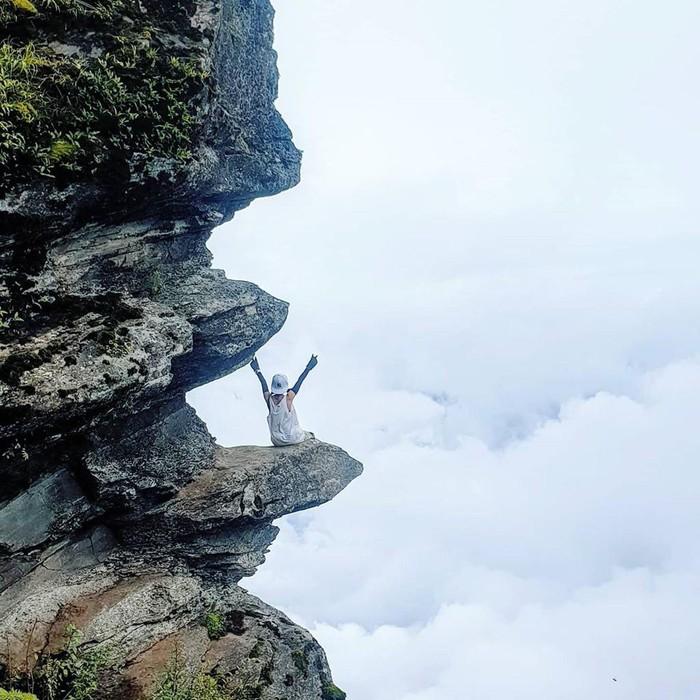 Từ lâu, Y Tý là điểm săn mây hút giới trẻ check-in. Ảnh: Linhthocam.travel, Mailinh29, Nhungk0i, Tieu_yen_yen 3