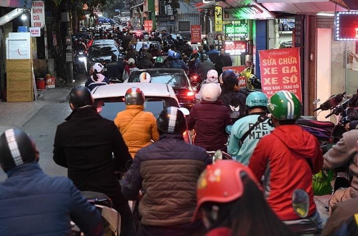 Ùn tắc giao thông ở nhiều tuyến đường Hà Nội Ngay từ 17h30, cảnh ùn tắc giao thông bắt đầu xảy ra trên nhiều tuyến đường phố ở Hà Nội. Tại các phố Tương Mai, đường Nguyễn Trãi, người và xe di chuyển chậm. Hướng đườngTrường Chinh tới đườngLáng dù đã được điều chỉnh nhịp đèn tín hiệu hợp lý nhưng cảnhùn tắc vẫn kéo dài. Ôtô phải xếp hàng đi xuống đường trên cao ở hai đầu Ngã Tư Sở và Ngã Tư Vọng. Ảnh: Việt Hùng.1-min