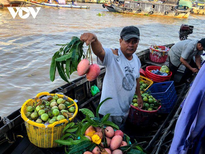 Các mặt hàng trái cây vô cùng phong phú, giá cả phải chăng. Du khách thường thưởng thức trái cây tươi ngon ngay trên thuyền.