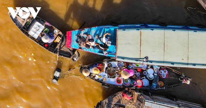Đến chợ nổi du khách không chỉ tham quan các xuồng trái cây, nông sản mà còn được trải nghiệm các món phở, món nhậu, hủ tiếu, cà phê ngay trên thuyền.