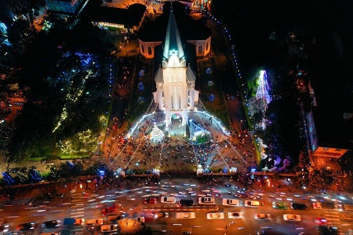 Không khí tại nhà thờ Con Gà Vào lúc 19h tại nhà thờ Con Gà, Đà Lạt (Lâm Đồng), hàng trăm du khách và giáo dân đổ về vui chơi, đón Giáng sinh.