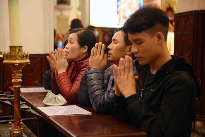 16 min - Biển người đổ về Nhà thờ Lớn đêm Noel