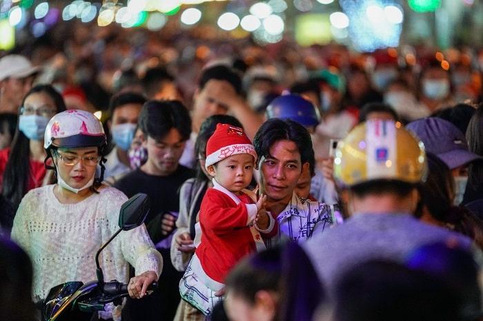 Xóm đạo nổi tiếng TP.HCM 19h30, hàng nghìn người dân đã đổ về kín tuyến đường Phạm Thế Hiển, phường 7, quận 8, nơi có khu xóm đạo lớn và nổi tiếng ở TPHCM. Ảnh: Chí Hùng.