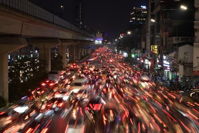 Ùn tắc giao thông ở nhiều tuyến đường Hà Nội Ngay từ 17h30, cảnh ùn tắc giao thông bắt đầu xảy ra trên nhiều tuyến đường phố ở Hà Nội. Tại các phố Tương Mai, đường Nguyễn Trãi, người và xe di chuyển chậm. Hướng đườngTrường Chinh tới đườngLáng dù đã được điều chỉnh nhịp đèn tín hiệu hợp lý nhưng cảnhùn tắc vẫn kéo dài. Ôtô phải xếp hàng đi xuống đường trên cao ở hai đầu Ngã Tư Sở và Ngã Tư Vọng. Ảnh: Việt Hùng.2-min