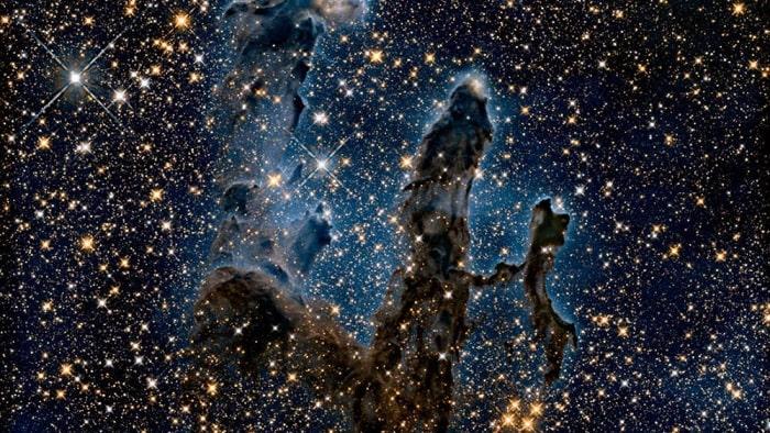"""Để kỷ niệm 30 năm hoạt động của Hubble, NASA chia sẻ phiên bản cập nhật của một trong những bức ảnh nổi tiếng nhất chụp bởi kính viễn vọng không gian này mang tên """"Các cột sáng tạo"""". Đó là ba cột bụi khí nổi tiếng trong tinh vân Đại bàng, nằm cách chúng ta khoảng 7.000 năm ánh sáng, và có chiều cao được đo đạc lên tới 4 năm ánh sáng. Ảnh: NASA/ESA/Hubble Heritage."""