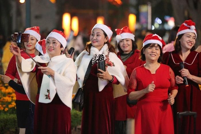 28 min - Biển người đổ về Nhà thờ Lớn đêm Noel