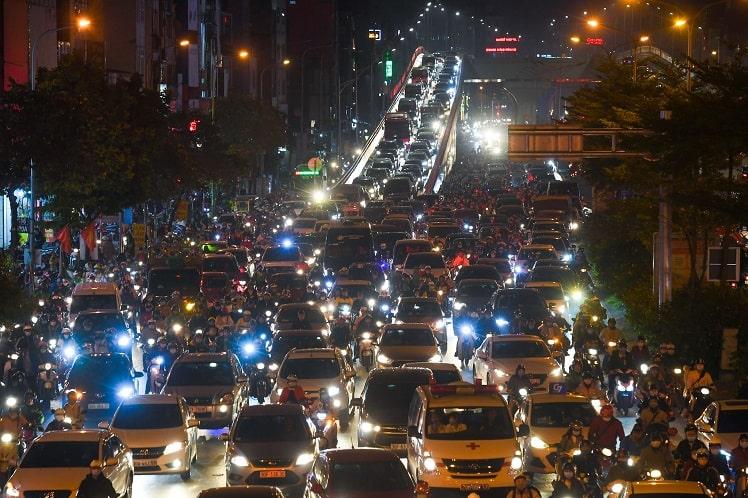 Ùn tắc giao thông ở nhiều tuyến đường Hà Nội Ngay từ 17h30, cảnh ùn tắc giao thông bắt đầu xảy ra trên nhiều tuyến đường phố ở Hà Nội. Tại các phố Tương Mai, đường Nguyễn Trãi, người và xe di chuyển chậm. Hướng đườngTrường Chinh tới đườngLáng dù đã được điều chỉnh nhịp đèn tín hiệu hợp lý nhưng cảnhùn tắc vẫn kéo dài. Ôtô phải xếp hàng đi xuống đường trên cao ở hai đầu Ngã Tư Sở và Ngã Tư Vọng. Ảnh: Việt Hùng.