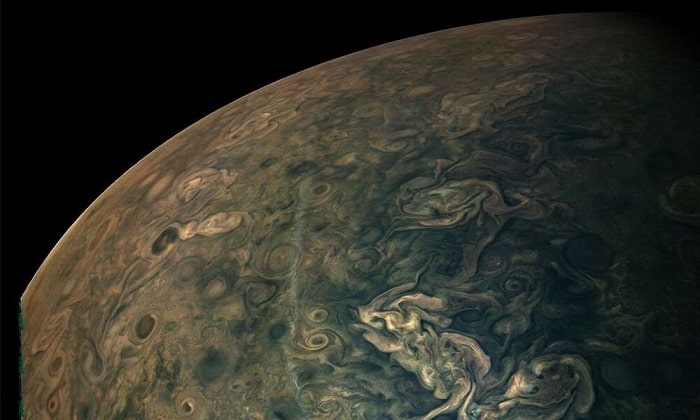Những cơn bão xoáy tròn trên sao Mộc được chụp lại bởi tàu vũ trụ Juno trong lần bay qua hồi tháng 2/2020 ở khoảng cách 25.120 km phía trên lớp mây trên cùng của hành tinh. Ảnh: NASA/JPL/SWRI/MSSS.