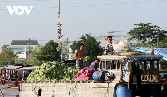 Hình thức chào hàng của những chợ nổi ở miền Tây là sử dụng cây bẹo. Ghe bán gì thì treo thứ đó lên cây sào cao từ 3 – 5 m để người mua có thể nhận biết từ xa.