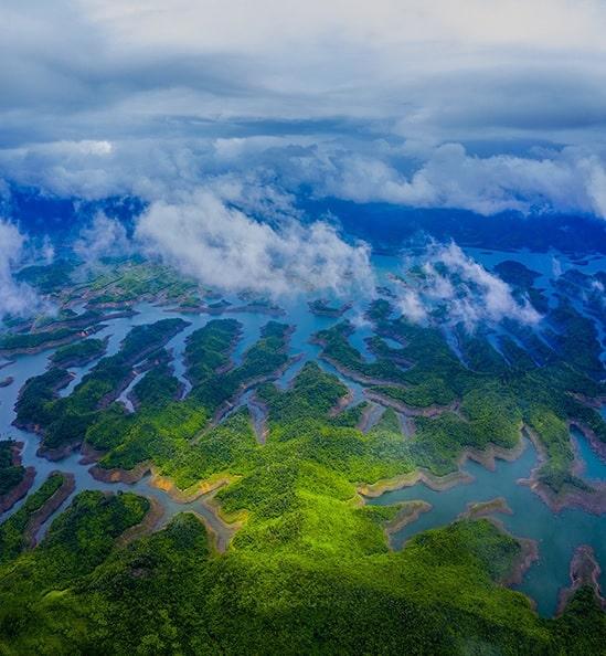 Hồ Tà Đùng, Đắk Nông vẫn còn khá lạ trên bản đồ du lịch nhưng là điểm đến quen thuộc của nhiều nhiếp ảnh gia miền Nam. Tà Đùng được ví như vịnh Hạ Long của núi rừng Tây Nguyên với hơn 40 cồn đảo lớn nhỏ, nhấp nhô trên mặt hồ.