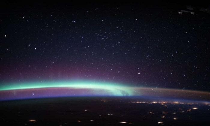 Hồi tháng 8/2020, Trạm Vũ trụ Quốc tế (ISS) chụp hai hiện tượng kỳ thú trong khí quyển Trái Đất trong cùng khung hình: cực quang (xanh lá cây) và khí huy (màu da cam). Ảnh: NASA.