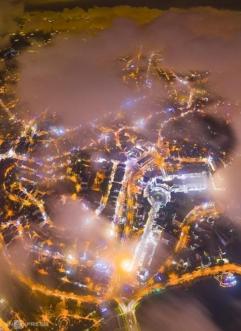 Một góc Đà Lạt trong màn mây đêm. Thành phố sương mù trên cao nguyên Lâm Đồng luôn là điểm đến được yêu thích tại Việt Nam, phù hợp tham quan quanh năm bởi nhiều loài hoa khoe sắc. Điểm đến này cũng thường xuyên thu hút các nhiếp ảnh gia tới săn mây, sương, bình minh...