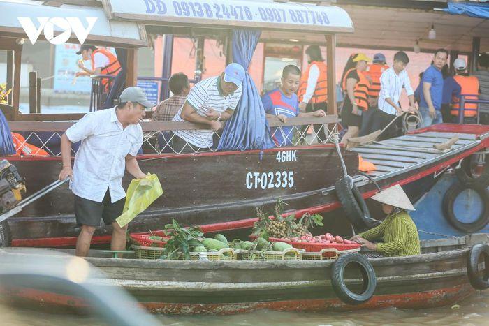 Những chiếc xuồng nhỏ chở đủ loại hành hóa sẽ ghé sát vào thuyền của du khách để thuận tiện cho việc mua bán.