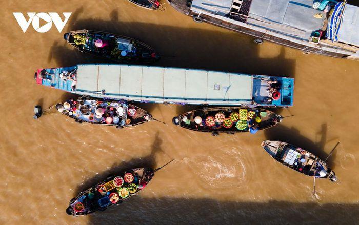 """Với những giá trị đặc sắc về văn hóa và kinh tế, Tạp chí Rough Guide (Anh) đã bình chọn chợ nổi Cái Răng là một trong 10 khu chợ ấn tượng nhất thế giới, mô tả điểm đặc biệt lạ mắt là các thuyền bán hàng """"rực rỡ sắc màu nhiệt đới""""."""
