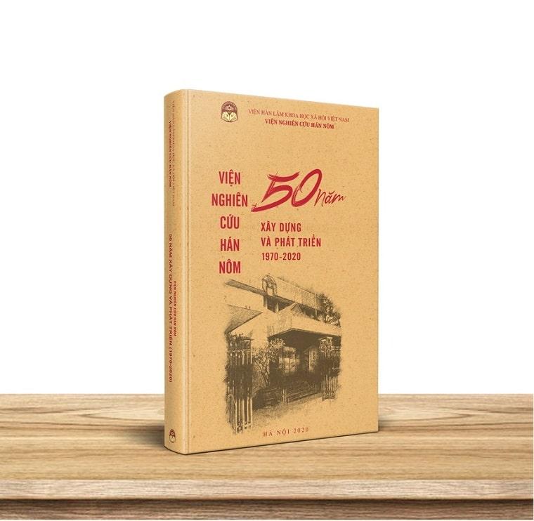Nhân dịp này VNCHN còn ra mắt ấn phẩmViện Nghiên cứu Hán Nôm 50 năm xây dựng và phát triển (1970-1920). Ảnh:NTC.