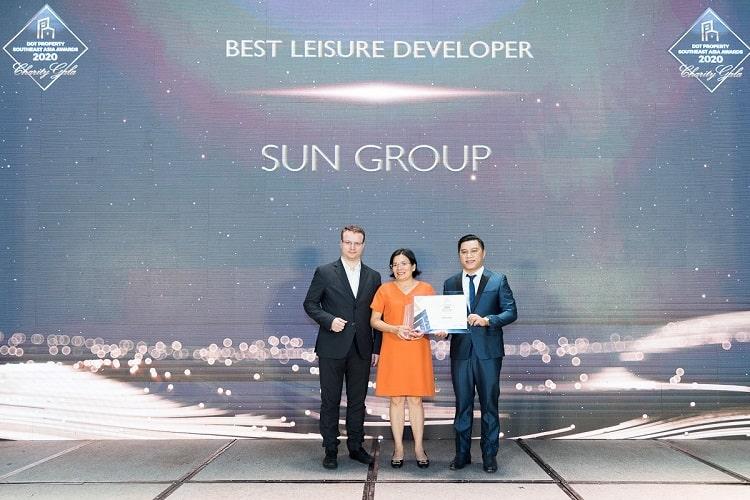 """Ảnh: Bà Nguyễn Lâm Nhi Thùy (giữa) , đại diện Sun Group nhận giải thưởng """"Nhà phát triển công trình vui chơi giải trí tốt nhất Đông Nam Á 2020"""""""