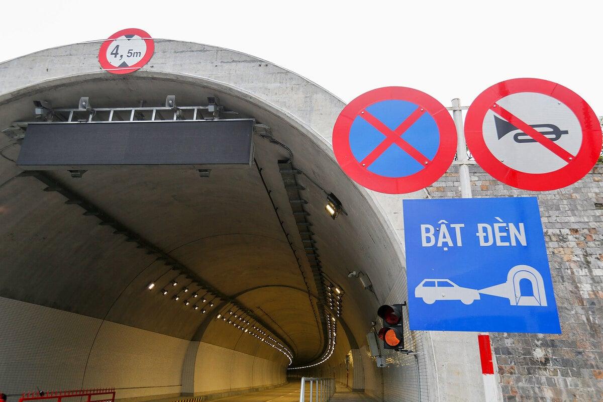 Các biển cảnh báo ở miệng hầm, hệ thống đèn điện chiếu sáng đã hoàn thành. Hầm có một khúc cua phía gần cửa ra Đà Nẵng.