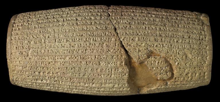 Hình trụ Cyrus (hình nêm Akkadian) thế kỷ 6 TCN. Phòng trưng bày: Phòng 55, Bảo tàng Anh quốc. © Ủy viên Bảo tàng Anh