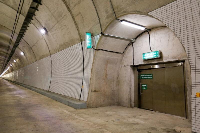 Trong hầm có các cửa thoát hiểm thông sang hầm Hải Vân số 1.