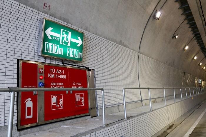Các biển chỉ dẫn thoát hiểm, hệ thống phòng cháy chữa cháy cũng được bố trí dọc hai bên lan can đường hầm.