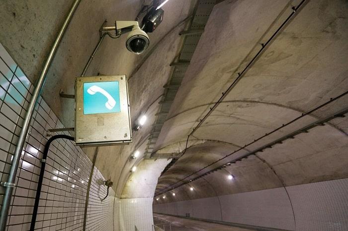 Hệ thống camera quan sát, điện thoại cho các cuộc gọi khẩn cấp trong hầm. Tháng 9/2020, hầm Hải Vân 2 kết thúc thi công, vượt tiến độ 3 tháng và được Bộ Giao thông Vận tải chấp thuận.