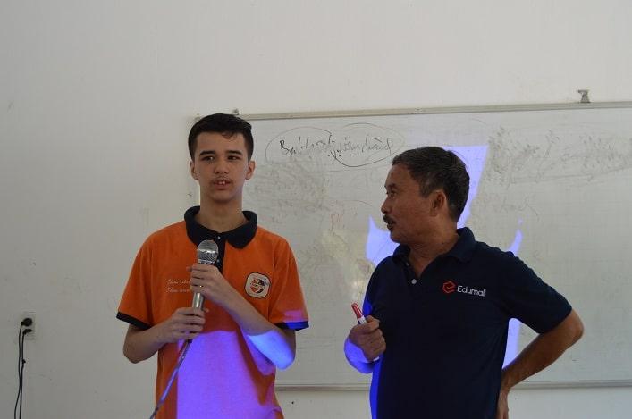 TS. Phan Quốc Việt đang huấn luyện một học trò đặc biệt của mình đến từ nước Mỹ