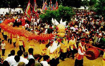 Giai đoạn văn hoá Văn Lang - Âu Lạc:(gần năm 3000 đến cuối thiên niên kỷ 1 trước CN) vào thời đại đồ đồng sơ khai, trải 18 đời vua Hùng, được coi là đỉnh cao thứ nhất của lịch sử văn hoá Việt Nam, với sáng tạo tiêu biểu là trống đồng Đông Sơn và kỹ thuật trồng lúa nước ổn định.