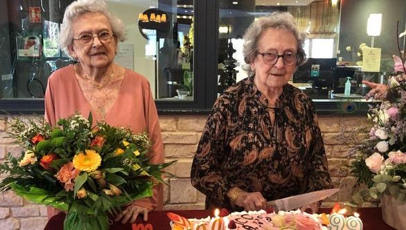 Hai cụ bà sinh đôi Denise và Simone (từ trái sang) tại tiệc mừng thọ 100 tuổi - Ảnh: RADIO FRANCE