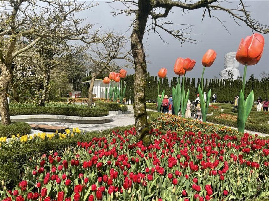 """Với chủ đề """"Ước hẹn mùa xuân"""", hội xuân Bà Nà năm nay ngợp ngời sắc hoa đào chuông, hoa hướng dương, hoa tulip, hoa hồng…. – những loài hoa biểu tượng cho Hy vọng, Gia đình và Tình yêu trong năm mới."""