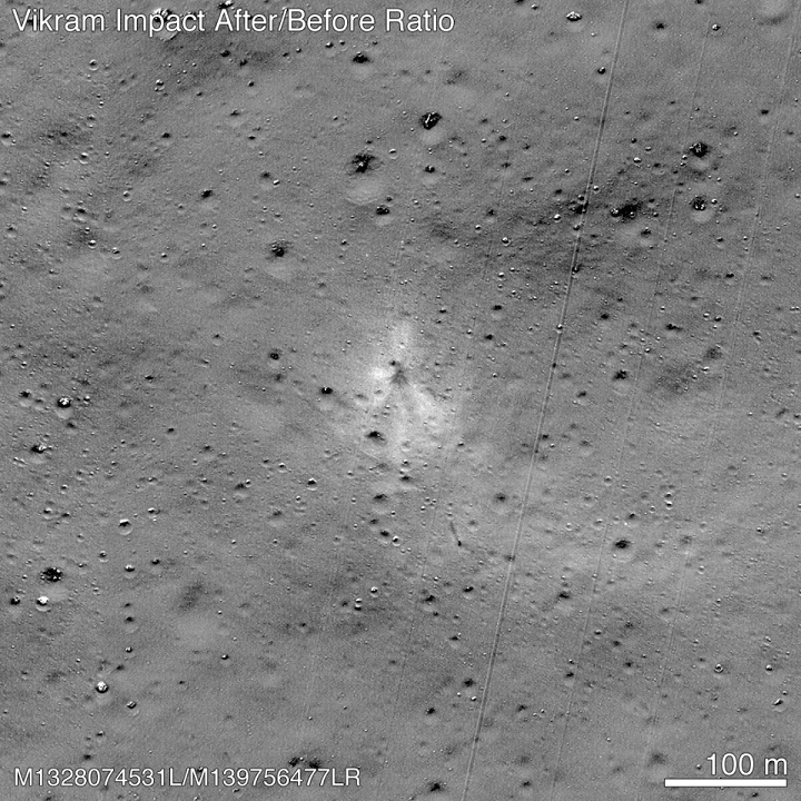 Điểm va chạm của tàu đổ bộ Vikram có thể được nhìn thấy ở trung tâm của bức ảnh. Ảnh: NASA.