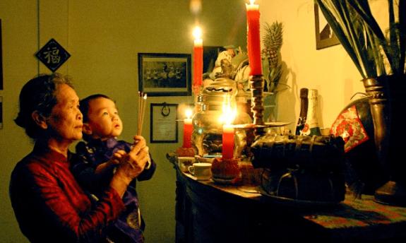 Là một Phật tử, tôi nghĩ, lễ vật dâng cúng tổ tiên không chỉ là: hương, hoa, trà, quả thực. Lễ vật trân quý nhất đó chính là hương của tâm: hương niệm, hương định, hương tuệ, hương giải thoát và hương giải thoát tri kiến hương.