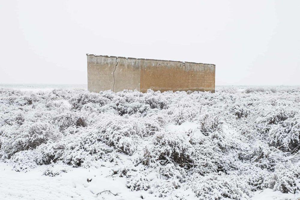 """""""Những tòa nhà ký ức"""" của Farshid Ahmadpour mang đến sự hoài niệm. Khoảng 15 năm trước, những tòa nhà này là điểm lưu trú cho khách tham quan hồ muối Urmia ở Iran. Tuy nhiên, khi hồ khô cạn, các tòa nhà cũng dần chìm vào quên lãng."""