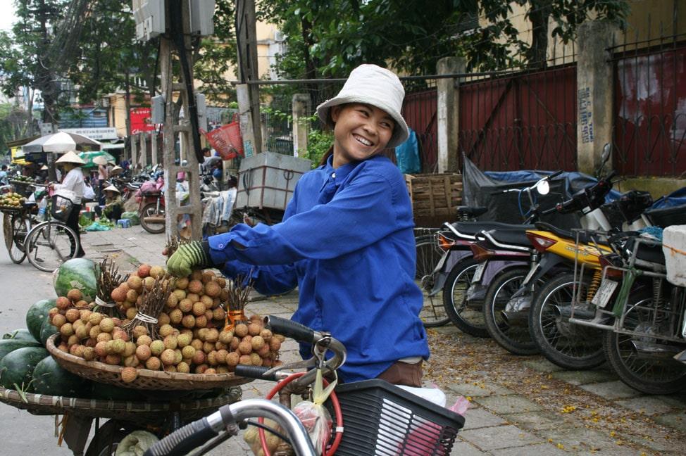 Buôn bán nhỏ là cách kiếm sống có từ lâu đời ở một số tộc người như: Việt, Hoa, Chăm; hoạt động chuyên nghiệp hoặc khi nông nhàn. Hàng hóa gồm nông sản, vật dụng sinh hoạt, sản phẩm thủ công, hàng ăn uống… Có thể bán hàng ở chợ hay tại nhà, đi rong… Chợ thường họp theo phiên, riêng ở đô thị thì họp hàng ngày. Đa phần người bán hàng là phụ nữ. Hiện nay, hoạt động buôn bán nhỏ đa dạng hơn, phát triển ở cả vùng nông thôn hẻo lánh, thu hút ngày càng nhiều phụ nữ sử dụng các phương tiện như xe đạp, xe máy, ôtô, kể cả điện thoại di động.