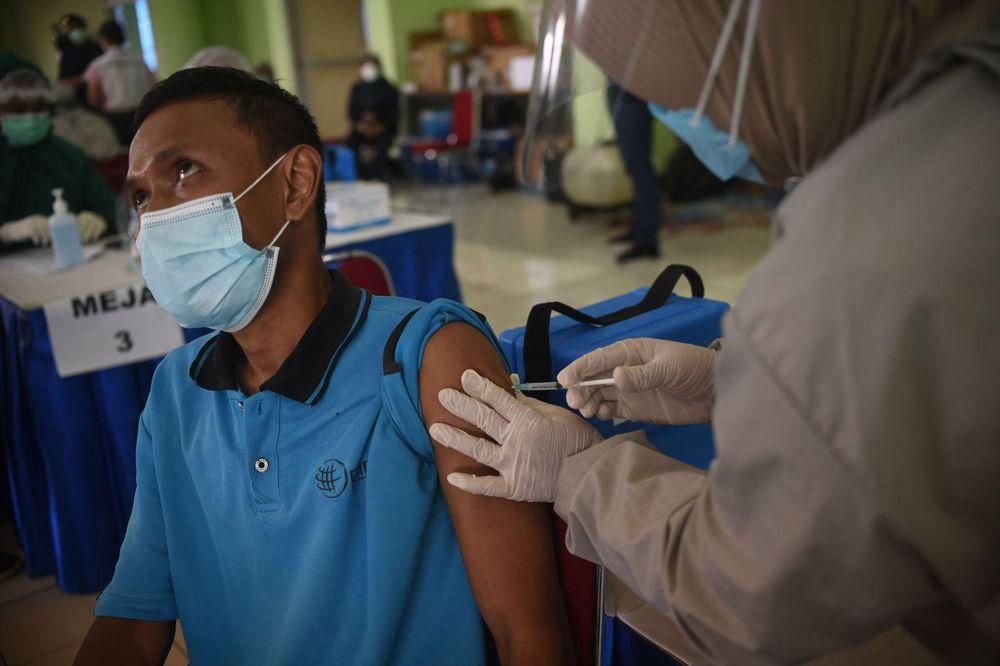 Nhân viên y tế tiêm vaccine phòng COVID-19 cho người dân tại Jakarta, Indonesia, ngày 10/3/2021. Ảnh: THX/TTXVN