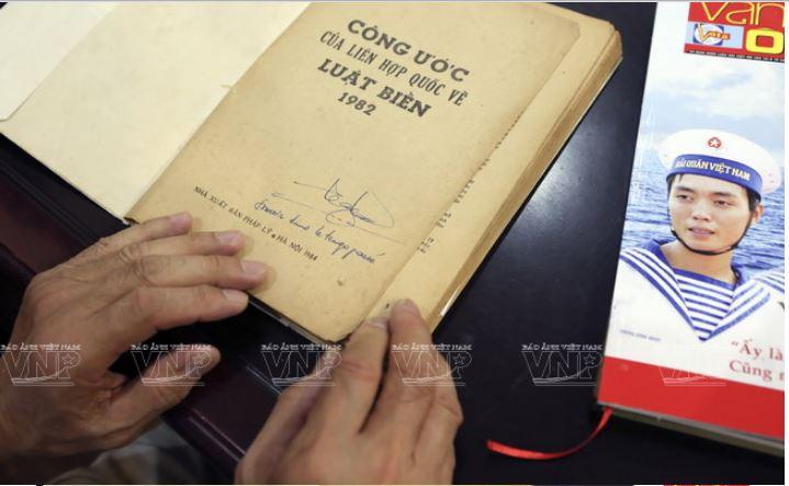 TS Trần Công Trục cho biết, ngay từ khi Công ước Liên hợp quốc về Luật Biển năm 1982 được Liên hợp quốc thông qua, Chính phủ Việt Nam đã chỉ thị ông và các cộng sự dịch từ bản tiếng Pháp ra tiếng Việt để phổ biển rộng rãi. Ảnh: Tất Sơn