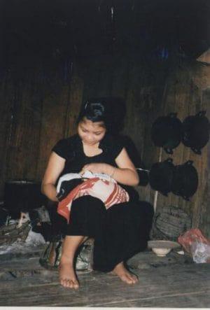 Ở Việt Nam, hầu hết sản phụ đều có tục ở cữ sau sinh. Có nơi thời gian ở cữ kéo dài một tuần, có nơi một tháng, thậm chí có nơi sản phụ ở cữ trong vòng 100 ngày. Đây là thời gian có nhiều kiêng cữ về ăn uống, lao động và chăm sóc đối với sản phụ. Ở người Việt, quả đu đủ non, quả mít non và hoa chuối là thức ăn hằng ngày của các sản phụ ít sữa. Người Chăm và người Việt ở miền Trung thường nằm sưởi than và xông mặt trong tháng đầu tiên sau sinh. Người Thái ngồi xông than và sưởi lửa bên bếp 7 – 10 ngày.