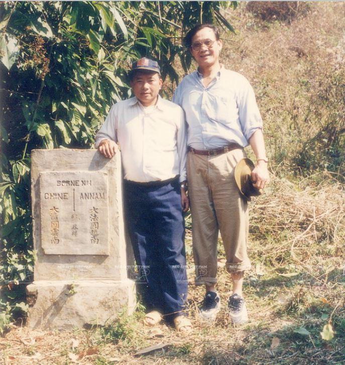 TS Trần Công Trục trong những lần đi điền dã để làm công tác phân định cắm mốc tuyến biên giới Việt Nam – Trung Quốc trên bộ. Ảnh: Tư liệu 8-min