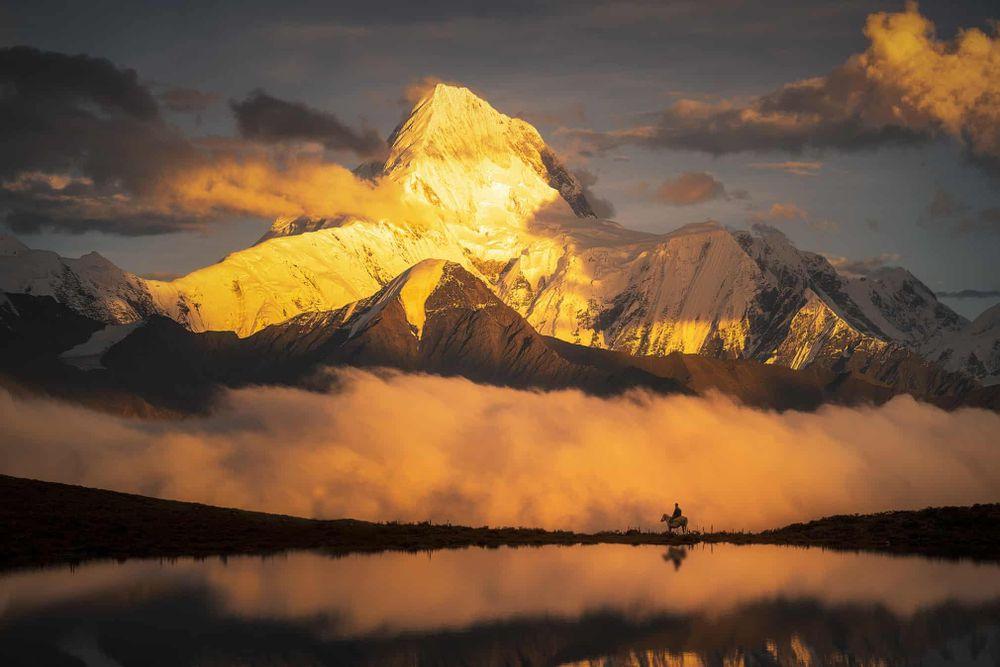 """Ở hạng mục Cảnh quan, tác phẩm """"Không đơn độc"""" nằm trong danh sách rút gọn. Bức ảnh của Jinjing Lyu được ghi khi tác giả trên đường tìm kiếm góc chụp đẹp nhất ở núi Gongga, Trung Quốc."""