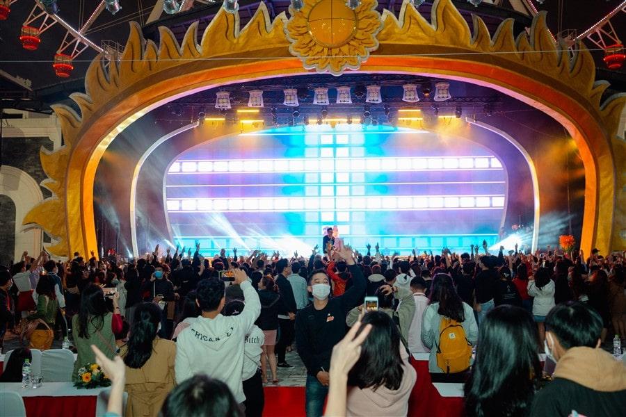 """Trở lại hoạt động từ cuối tháng 12/2020, Công viên Châu Á - Asia Park liên tục đem đến những trải nghiệm mới mẻ, hấp dẫn cho du khách trong dịp đầu năm mới 2021. Và show """"Ước hẹn tháng 3"""" là một trải nghiệm mới nhất, một món quà mới nhất mà Công viên châu Á- Asia Park muốn dành tặng cho du khách, đặc biệt là phái nữ trong dịp 8/3."""